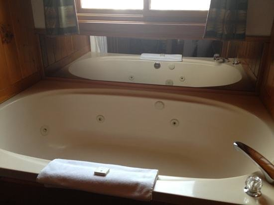 Baker Creek Mountain Resort: jacuzzi tub with mirror & window
