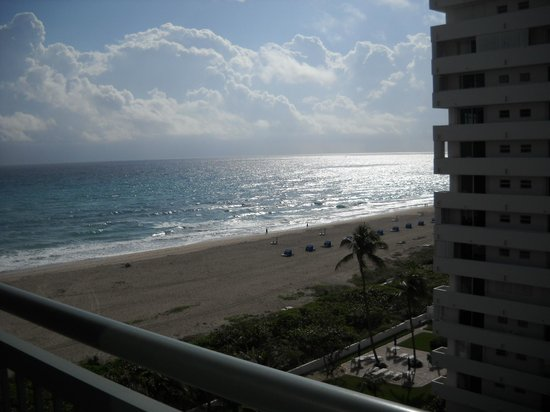 Hilton Singer Island Oceanfront/Palm Beaches Resort :                   view from room