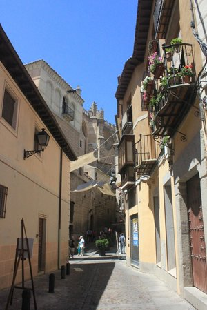 La Posada de Manolo: Narrow street near the hotel