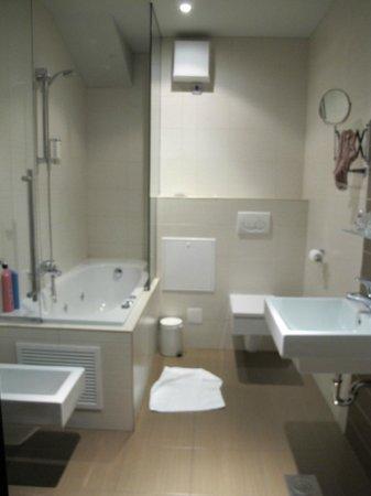 Birokrat Hotel:                   bathroom - nice