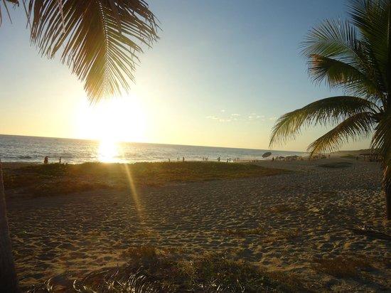 Hotel Suites Villasol: un hermoso atardecer desde el club de playa
