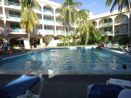 Hotel Suites Villasol: esta es la alberca del hotel