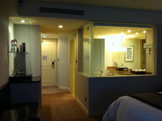 InterContinental Kuala Lumpur: entrance and bathroom