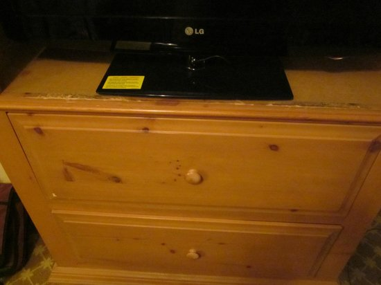 Country Inn & Suites By Carlson, Galesburg: new flatscreen tv on worn furniture