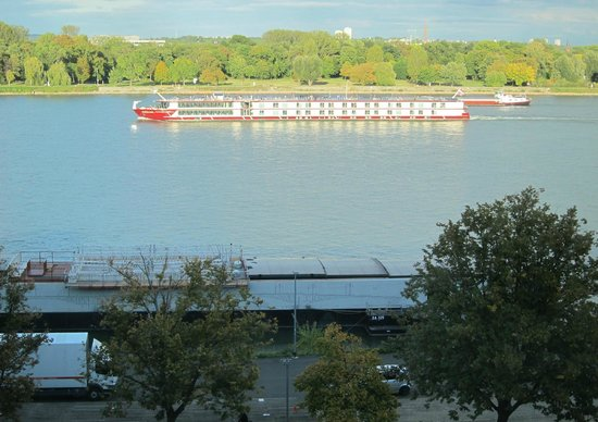 Hyatt Regency Mainz: Barge sailing by in the late afternoon