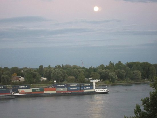 Hyatt Regency Mainz: Moonrise over the Rhine, and another barge sailing by
