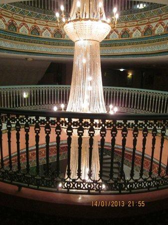 Ryad Mogador Kasbah: centre de l'hôtel, lustre magnifique
