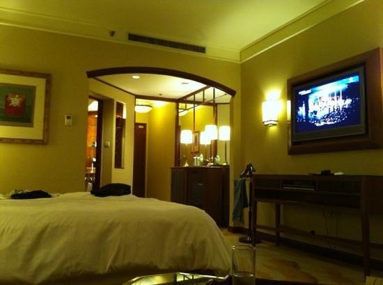Sheraton Imperial Kuala Lumpur Hotel: entrance, bathroom and closet