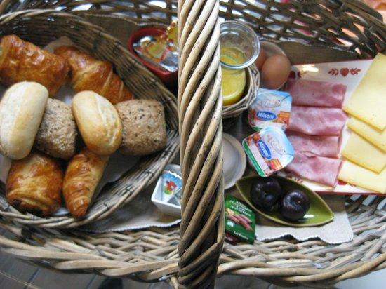 Tine's Guesthouse:                   Breakfast basket
