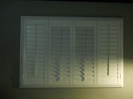 BLVD Hotel & Suites : pretty shutters