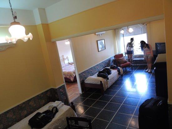 Hotel Lyon:                   sala com camas