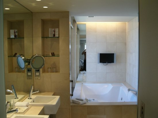 Hilton Sydney: Relaxation Suite Bathroom