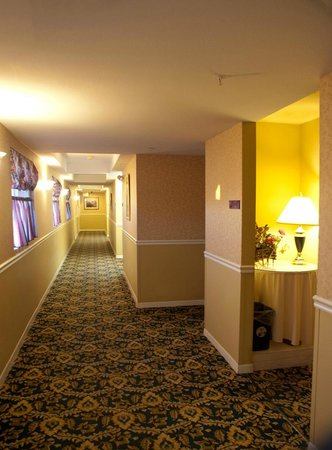 Ascot Inn at the Rock: hallway looking west
