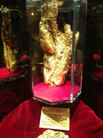โกลเด้นนักเกต:                   870 ounce Golden Nugget in the lobby of the Golden Nugget Hotel and Casino