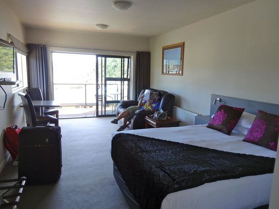 Harbour View Motel Picton:                   Main room area of Standard studio unit. Bed, sofa, 2-seat table and chairs, fl