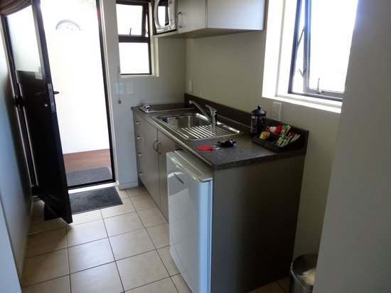 Harbour View Motel Picton:                   Kitchenette area - tea/coffee/kettle, minibar with fresh milk, toaster, plates
