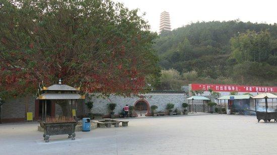 He Fairy Family Temple : Tempel plassen med tårnet i bakgrunn