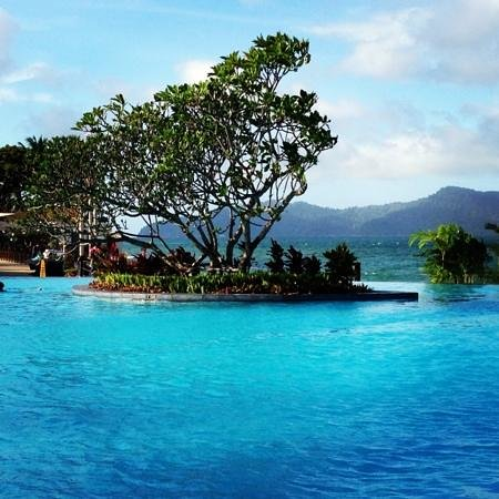 Shangri-La's Tanjung Aru Resort & Spa:                   lovely pool but sun loungers always taken