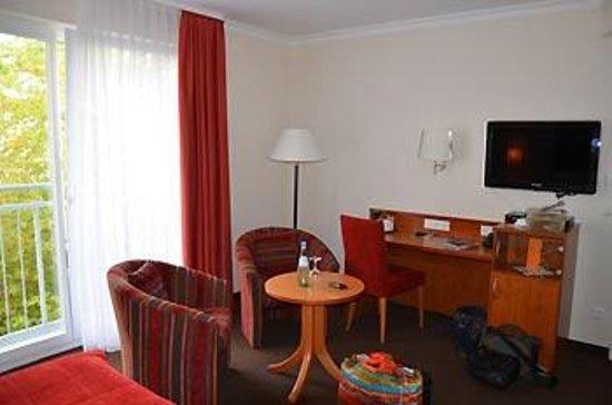 Hotel Adelante Berlin-Mitte: Sitzecke, Schreibtisch und TV