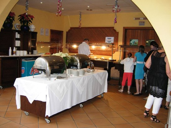 Palm Oasis Maspalomas: The 4 metre long food area with no choice at all!