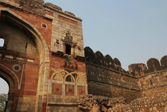 Purana Qila: Sher Shah Gate - condition of the remaining wall
