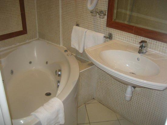 Hotel Kleber Champs-Elysees Tour Eiffel Paris:                   jacquzi bath tab