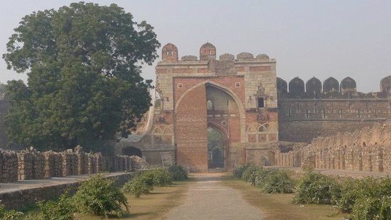 Purana Qila: Sher Shah Gate - walking toward the gate
