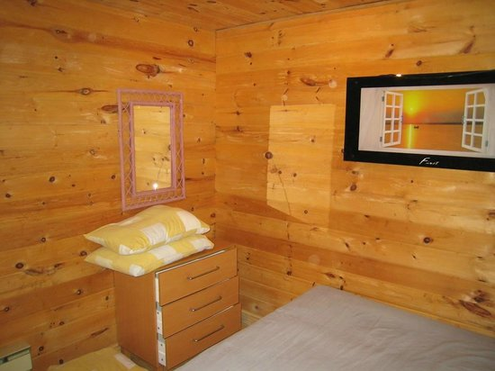 Lakeshore Marina & Chalets :                   small downstairs bedroom