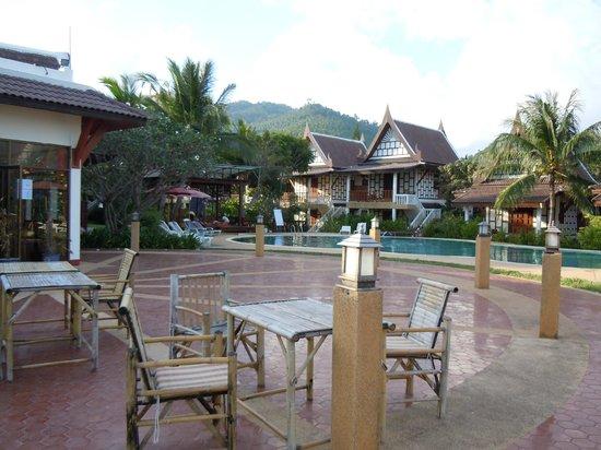 Thai Ayodhya Villas & Spa: Piscine vue depuis la terrasse du restaurant