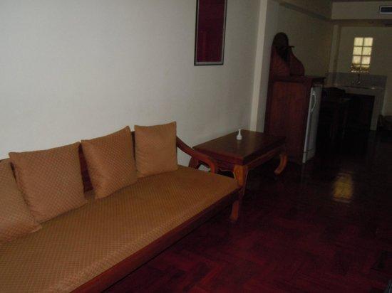 Thai Ayodhya Villas & Spa: Salon de la chambre-suite : canapé vieux et sale