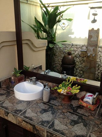 Tirta Sari Bungalows: Superior Cottage bathroom area
