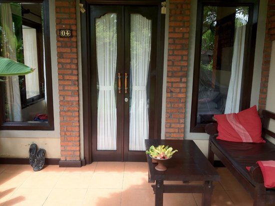 Tirta Sari Bungalows: Superior Cottage porch