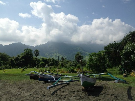 Tirta Sari Bungalows: View from beach to mountains (public - hotel not directly onto beach)