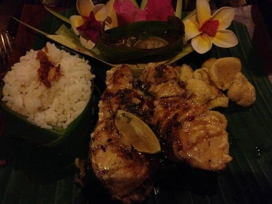 Tirta Sari Bungalows: Grilled fish at the Warung