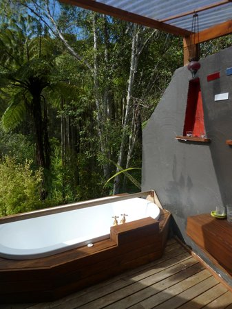 Stone Store Lodge Accommodation :                   bath in the bush
