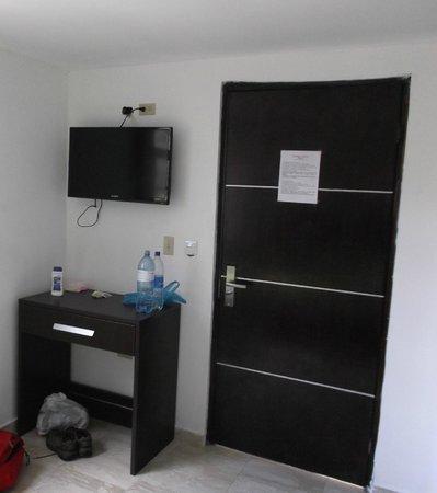 Hotel Residencial Cibeles: Chambre 215 - Meuble et grand écran TV au 14 janvier 2013.
