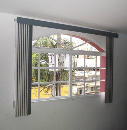 Hotel Residencial Cibeles : Chambre 215 - Grande fenêtre neuve  sur la rue au 14/01/2013.