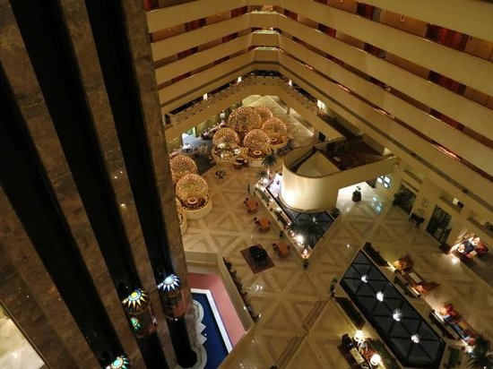 Sheraton Grand Doha Resort & Convention Hotel: Atrium from the 6th floor
