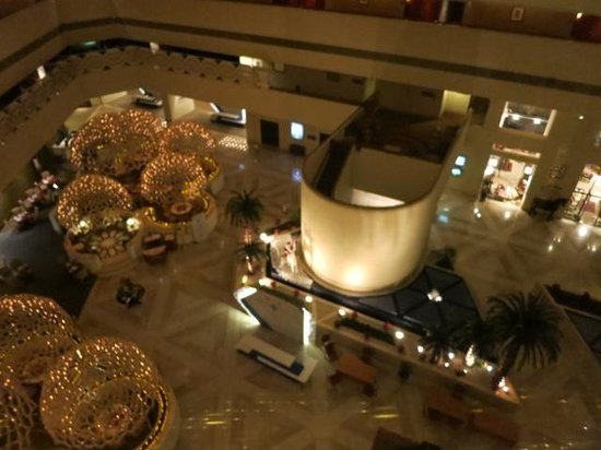 Sheraton Grand Doha Resort & Convention Hotel: Atrium at night from the 6th floor