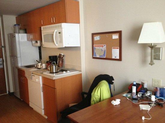 Candlewood Suites New York City Times Square: Vista de la zona de cocina y estar