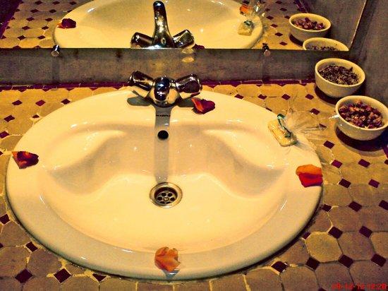 Hotel Azoul:                   rose petals: nice