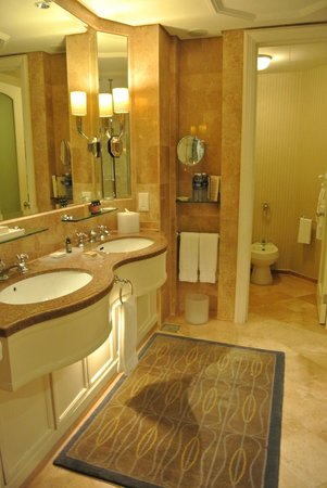 Four Seasons Hotel Singapore: the full marble bathroom--really comfortable