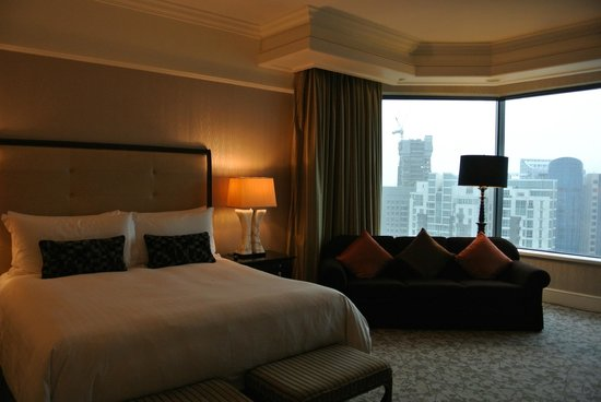 Four Seasons Hotel Singapore: bedroom + the view outside--not bad