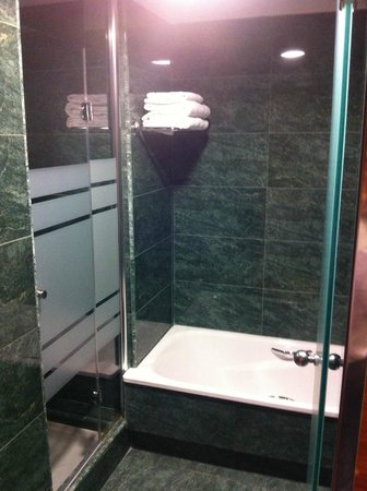 Acevi Villarroel: Badezimmer