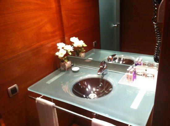 Acevi Villarroel: An das Bad angrenzender Waschbereich