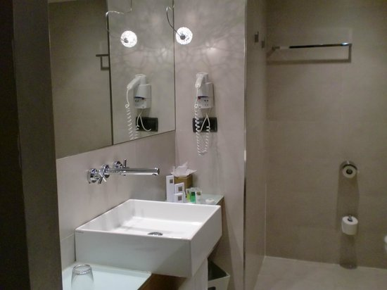 Hotel Barcelona Catedral: Bathroom