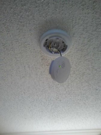 Days Inn Summerton:                   Broken smoke alarm
