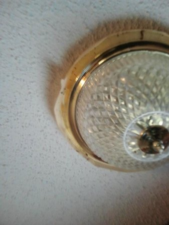 Days Inn Summerton:                   Bug filled light fixture