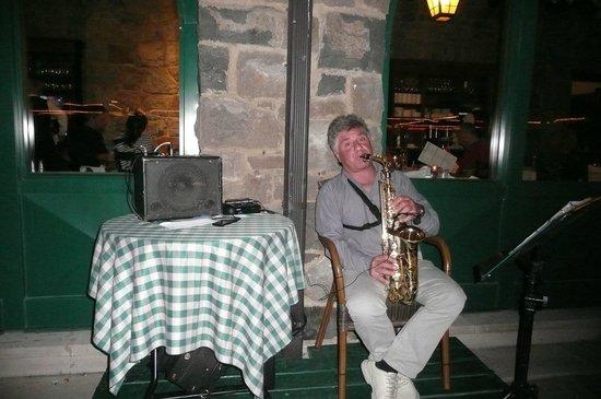 Fairmont Le Chateau Montebello: Robert de Niro (comme on l'a surnommé) et qui nous accompagne de sa musique lors des BBQ extérie