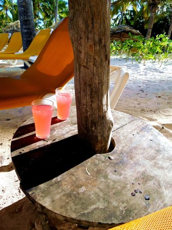 Catalonia Bavaro Beach, Casino & Golf Resort: Bad drinks at the beach bar after 3pm when they start to clean up (for 5pm closing)